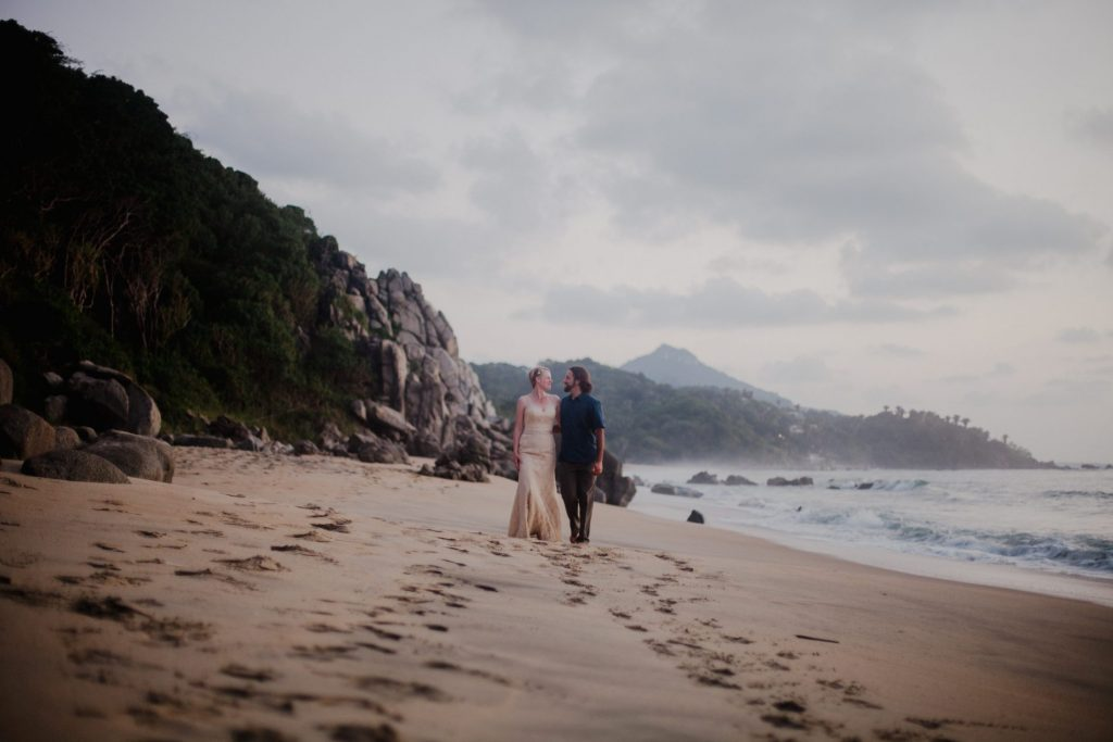 wedding-couple-look-beach-send-ocean-sayulita
