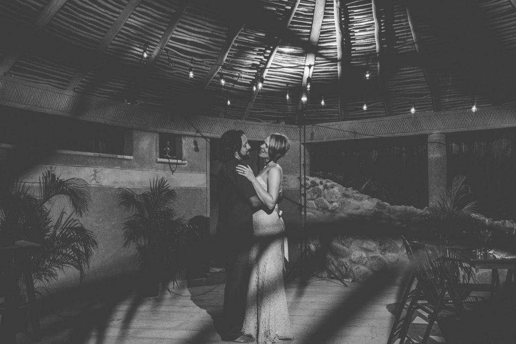 wedding-sayulita-smile-bride-groom-dancing