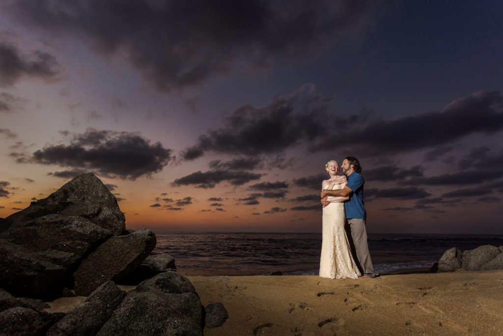 wedding-sayulita-smile-couple-hugs-beach-sunest