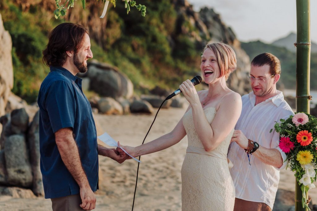wedding-moment-sayulita-smile-beach-bride-groom