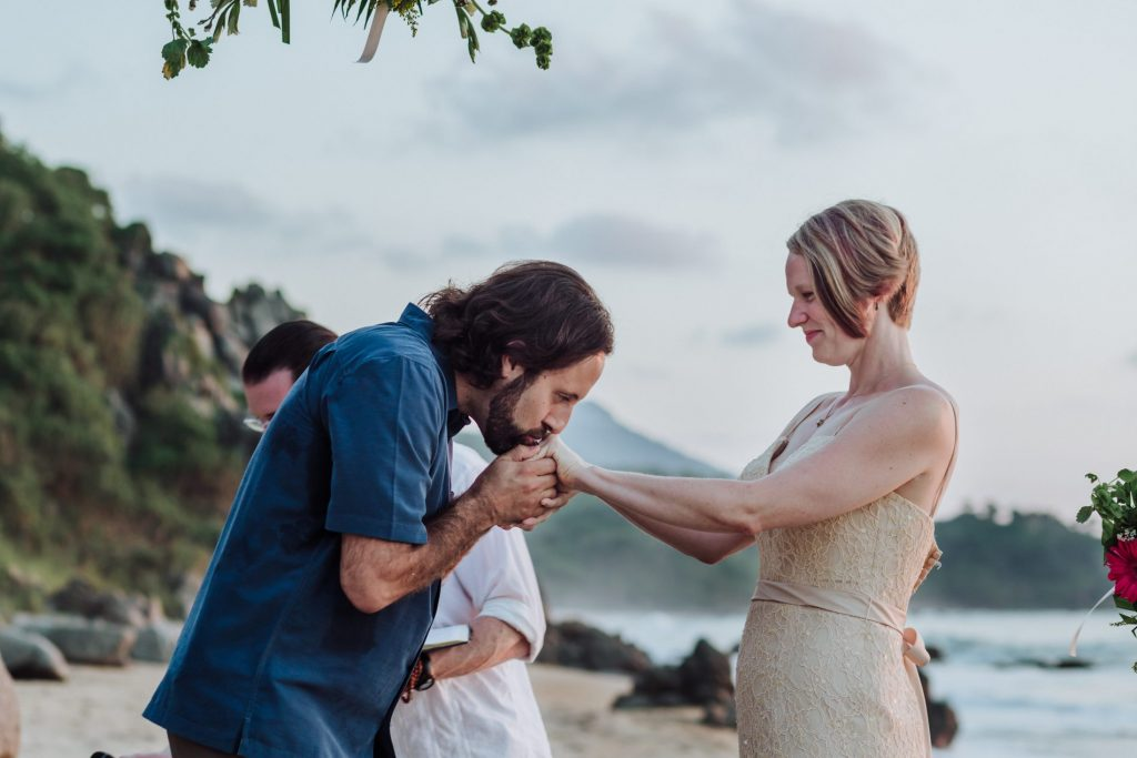 wedding-sayulita-kiss-yes-beach-groom-bride