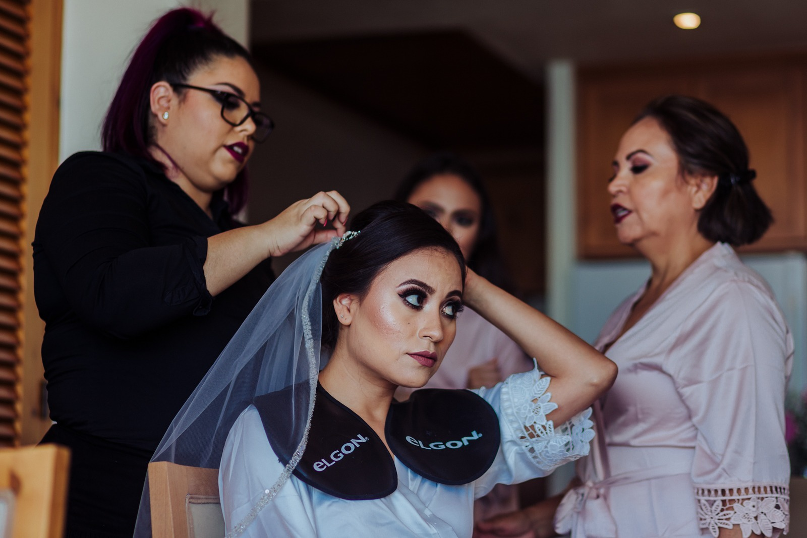 bride-gettingready-veil-ready-mum-fixed-details