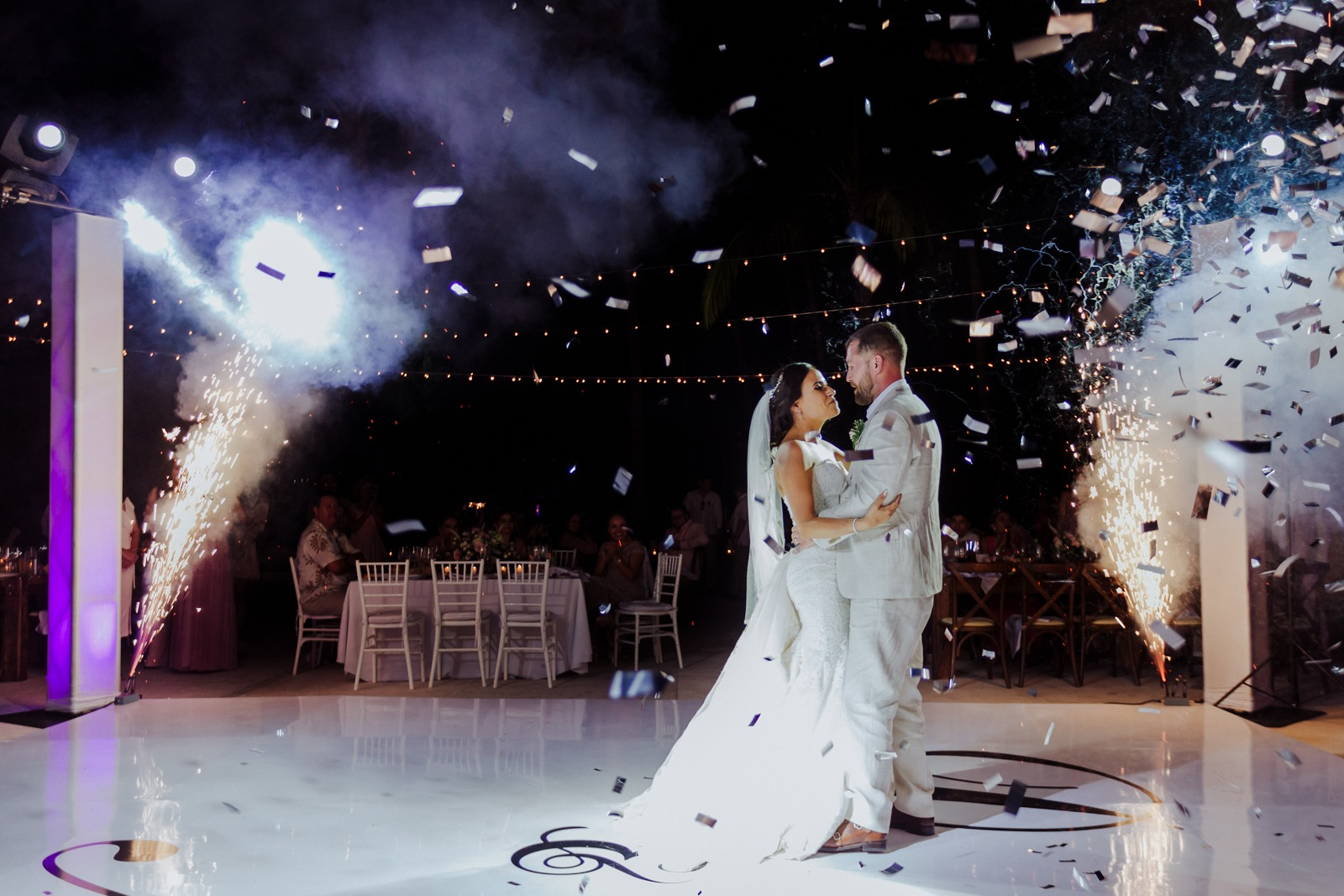 bride-groom-dance-first dance-wedding-look-fireworks-dancefloor