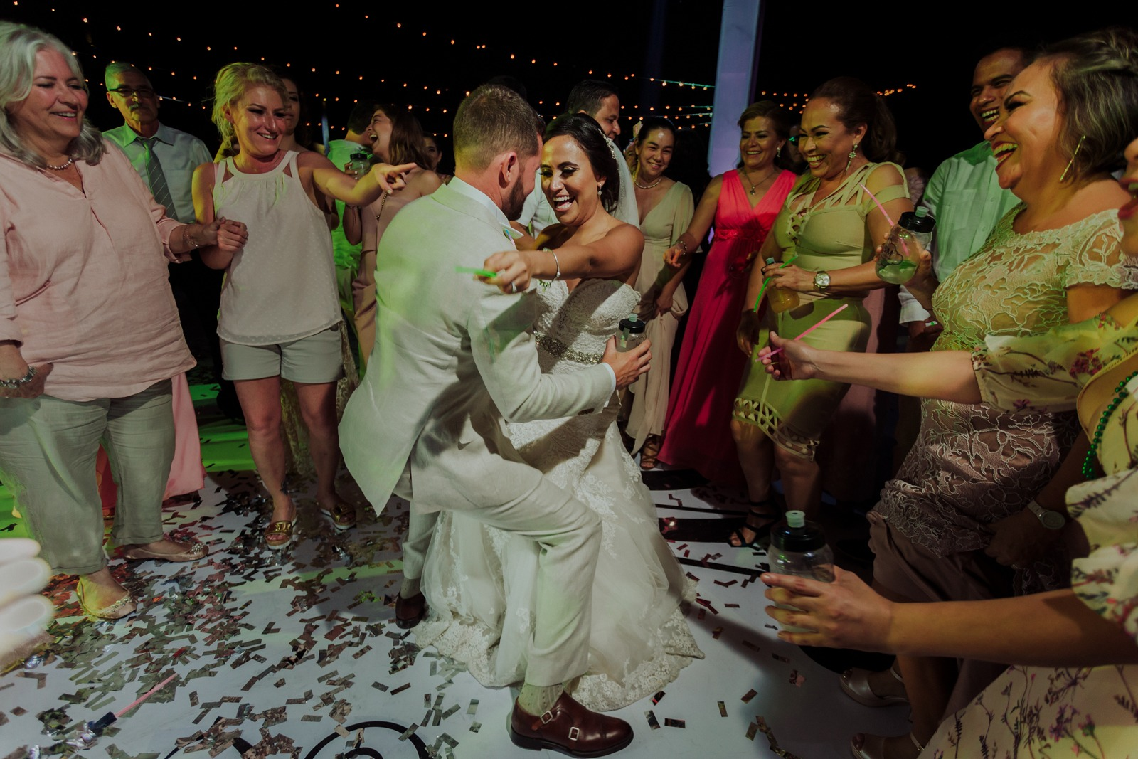 bride-groom-dance-dance floor-party-friends-smile-wedding