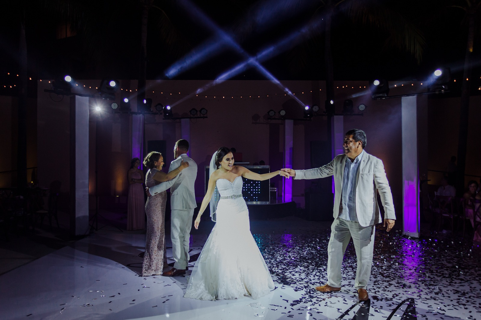 dance-bride-dad-dancefloor-groom-light-moment-wedding