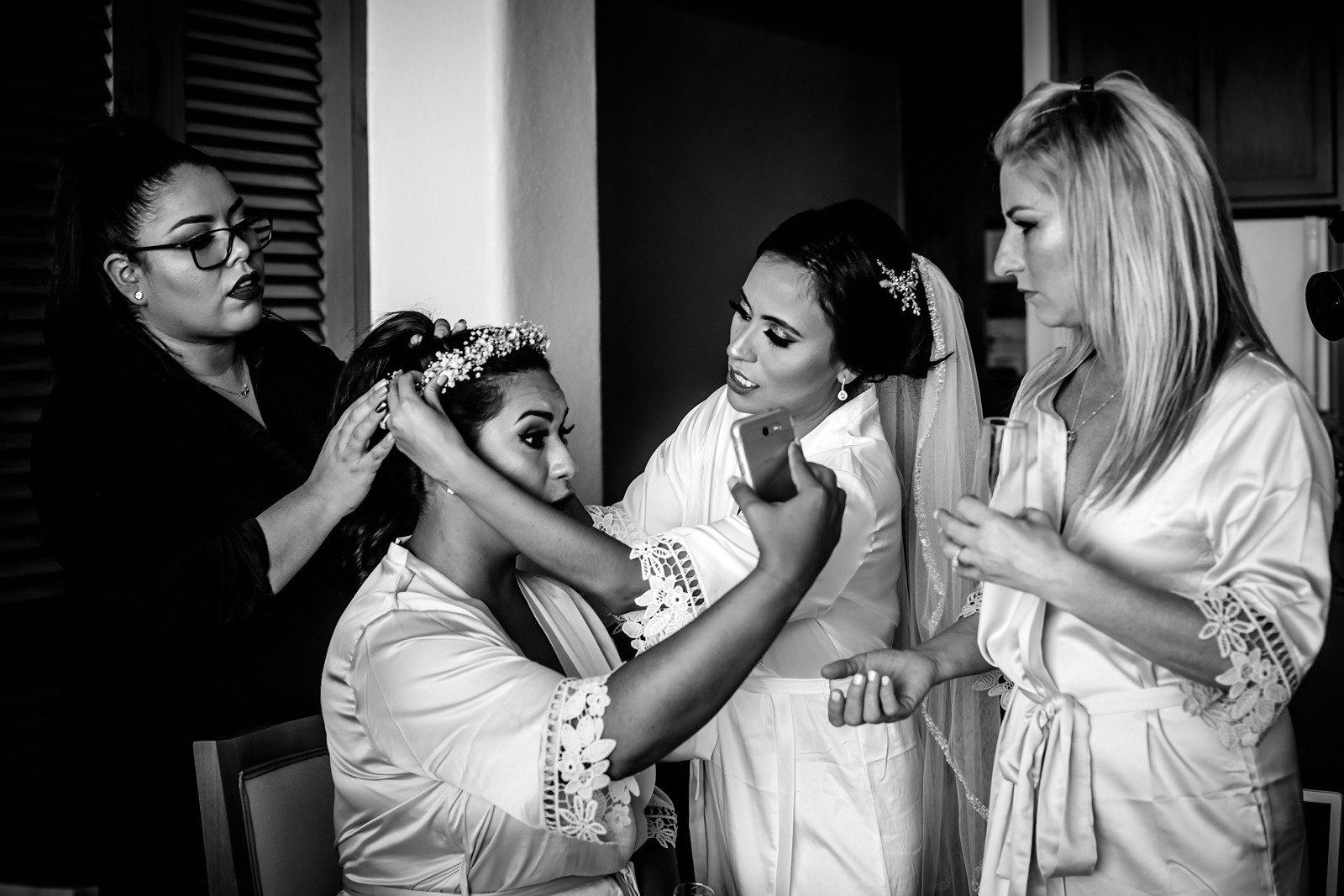 bridesmate-girls-moment-crown-flowers-bride-phone-mirror