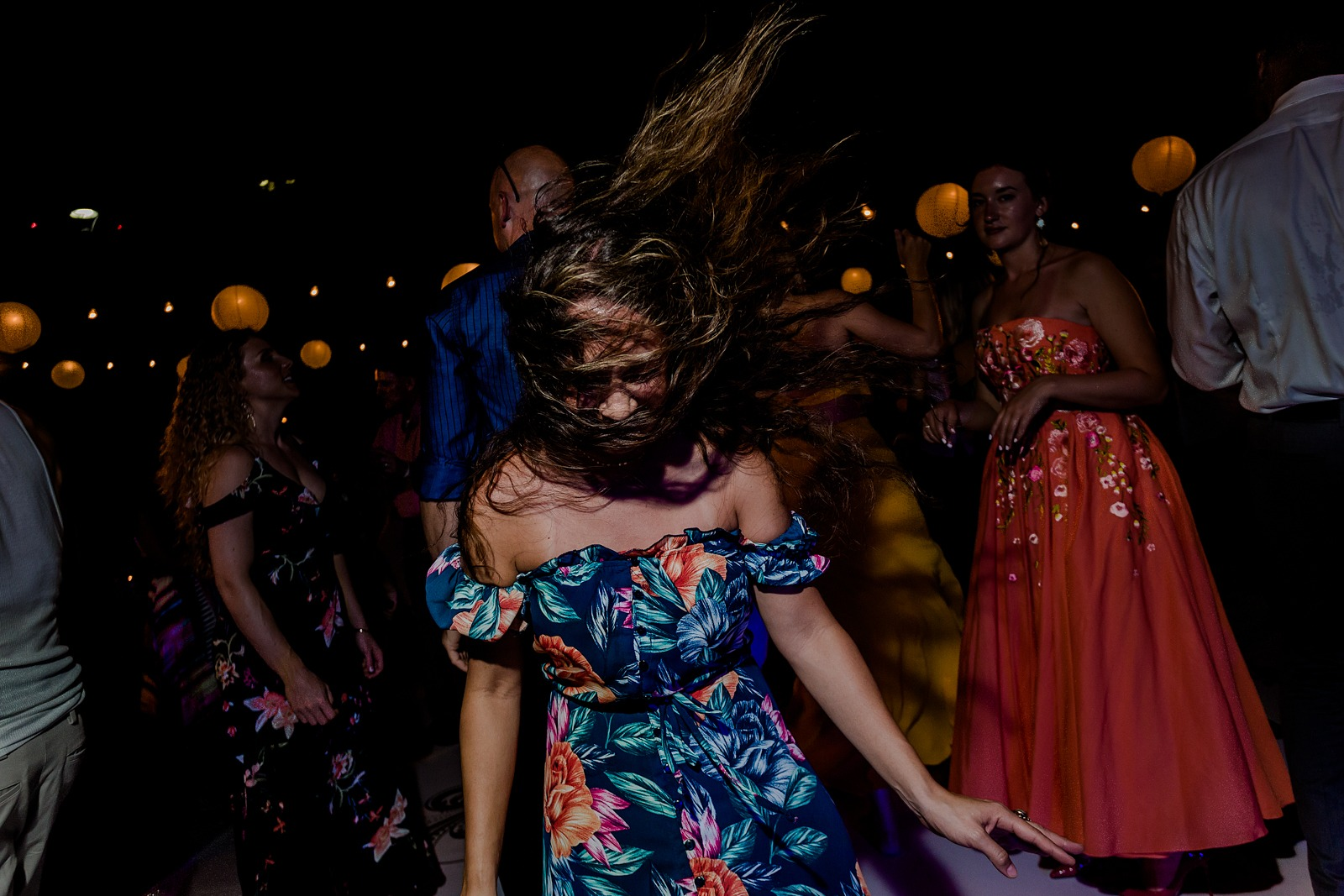 wedding-party-dance-hair-fun-crazyness-vallarta-moment-girl-dancing