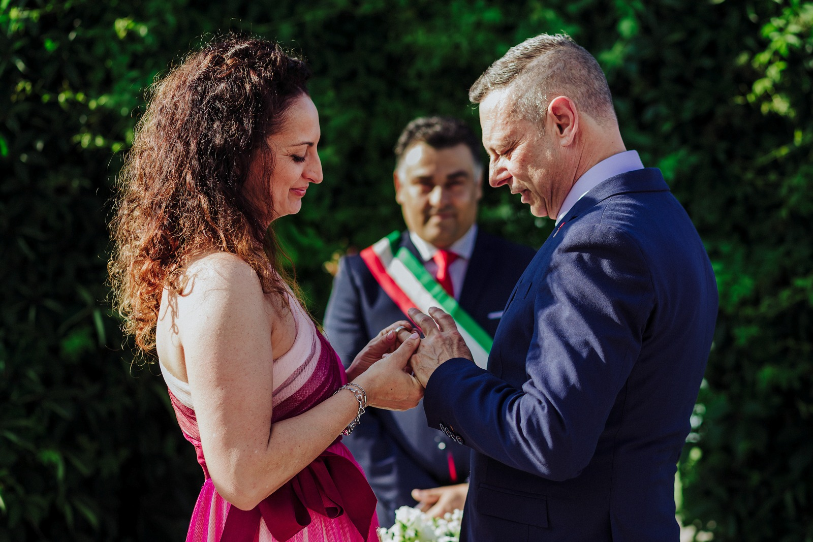 wedding-italy-bride-groom-ceremony-ring-hands-moment-yes