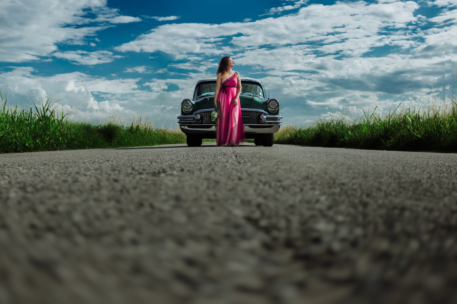 wedding-italy-bride-sky-clouds-old car-oldcar-street-countryside-dress-field