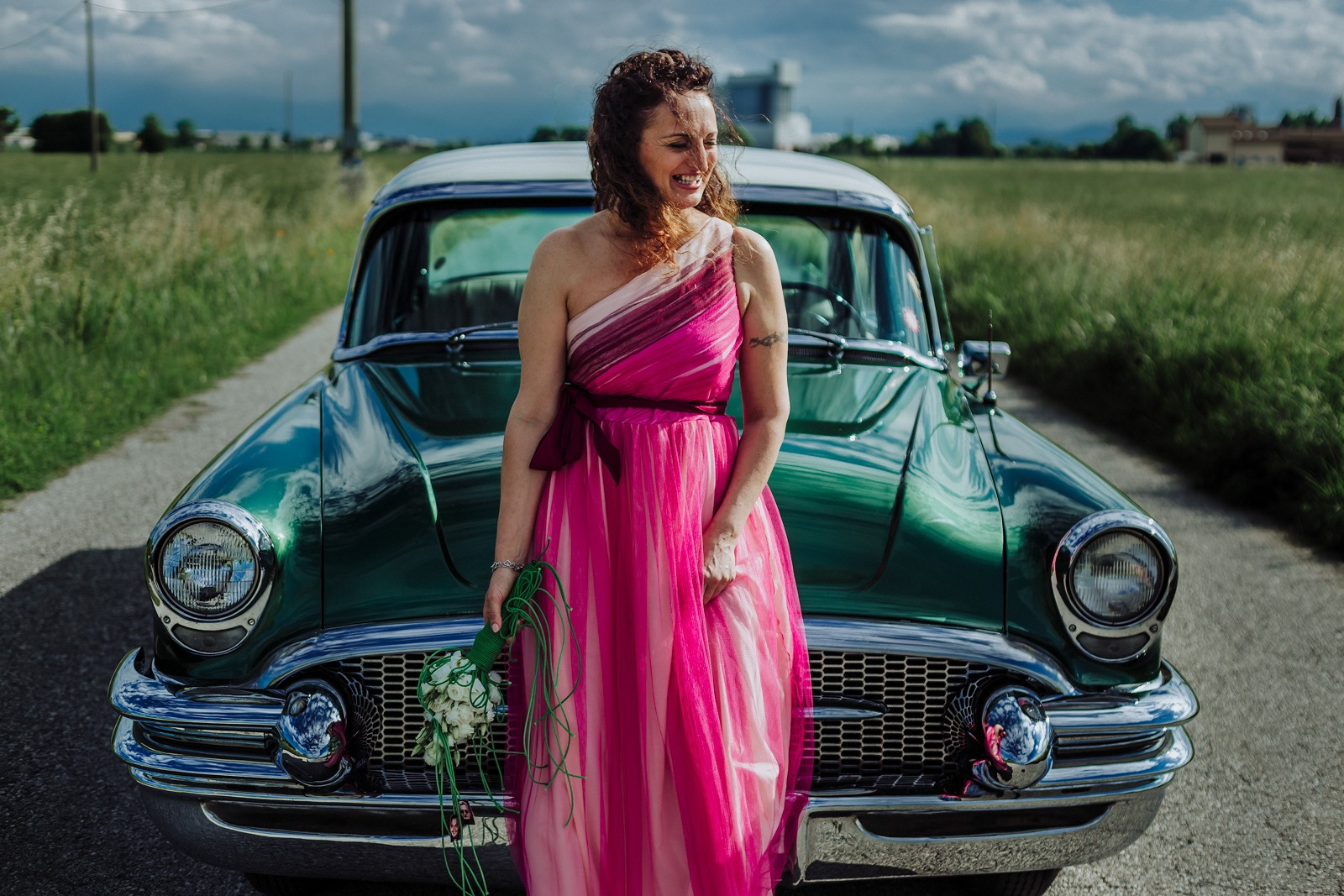 bride-smile-wedding-italy-oldcar-flowers-countryside-dress